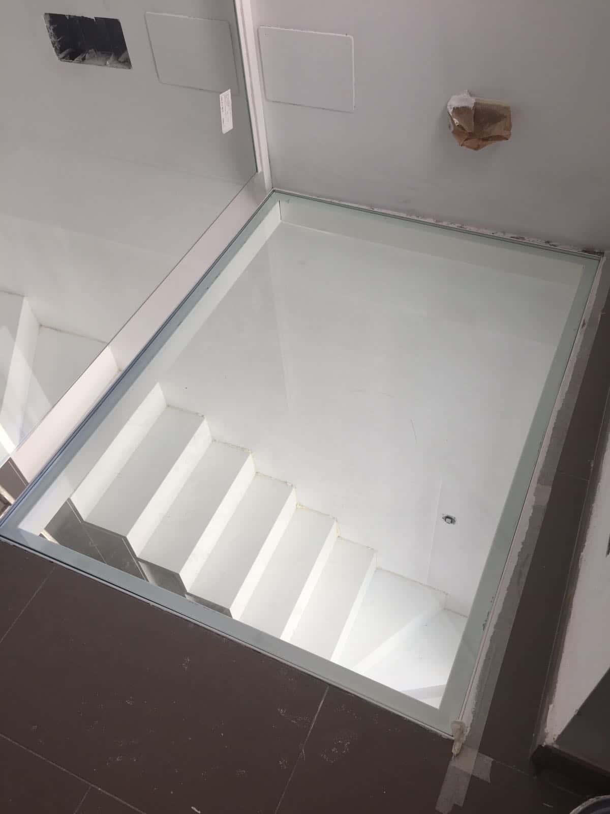 baranda con suelo pisable de vidrio