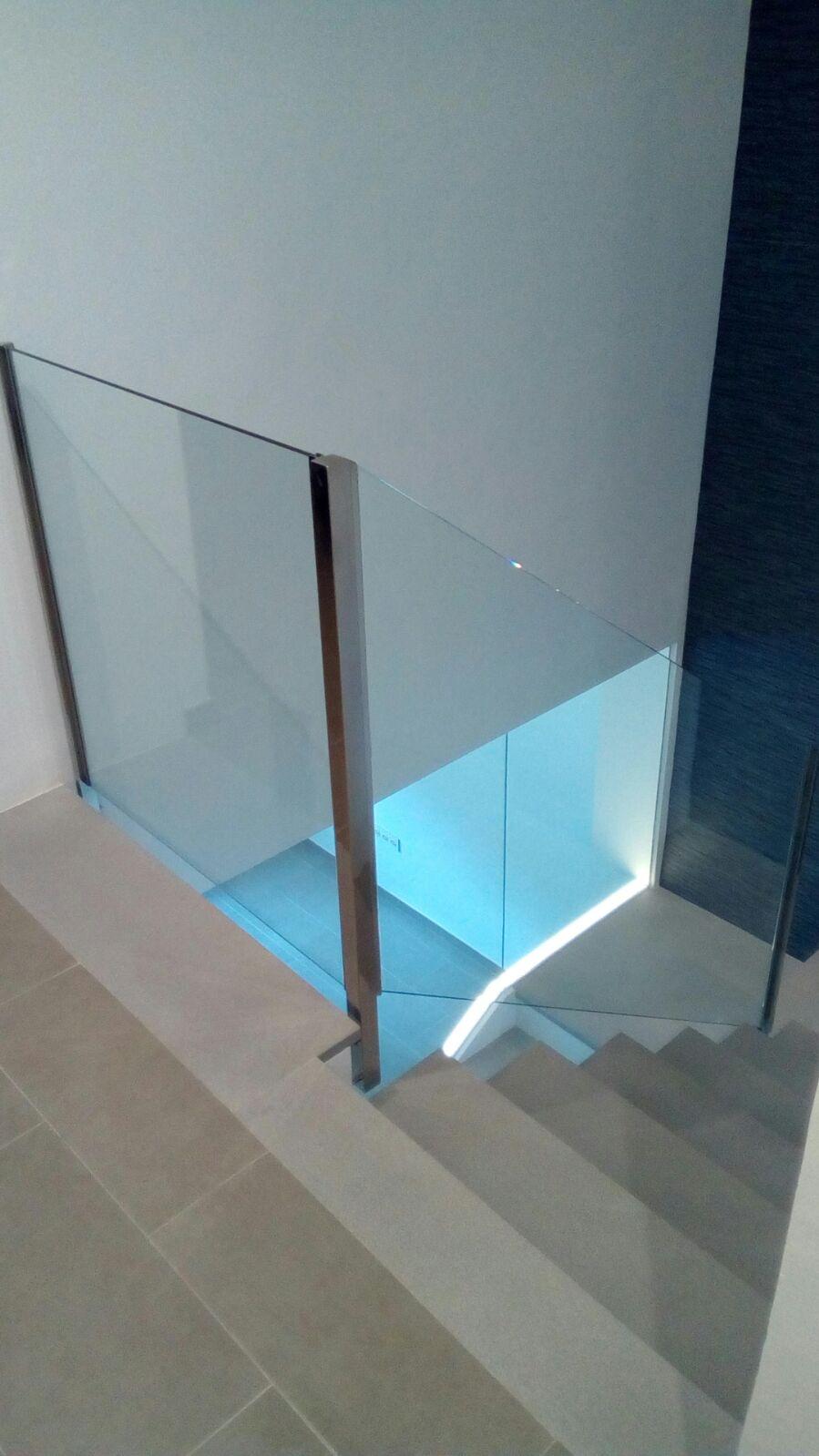 baranda de cristal retroiluminada casa 2