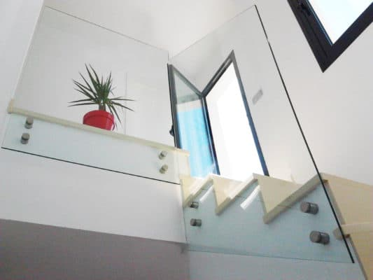 instalacion de baranda de cristal en hogar