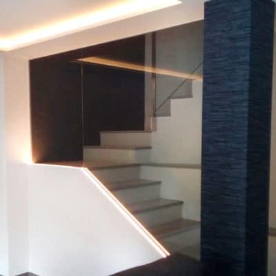 La función de la barandilla de cristal para escaleras interiores