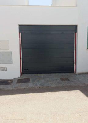 Puertas seccionales en Loja - Trabajos de Cristalería en Loja